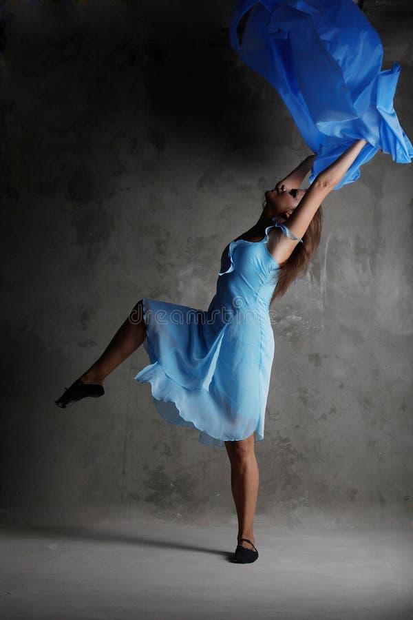 Jeune fille de danse moderne dans la robe colorée images stock