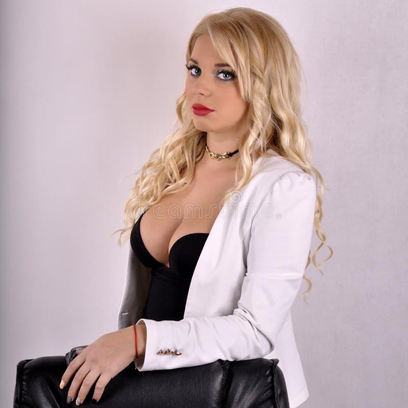 Jeune fille de directeur de bureau avec le beau maquillage photos libres de droits
