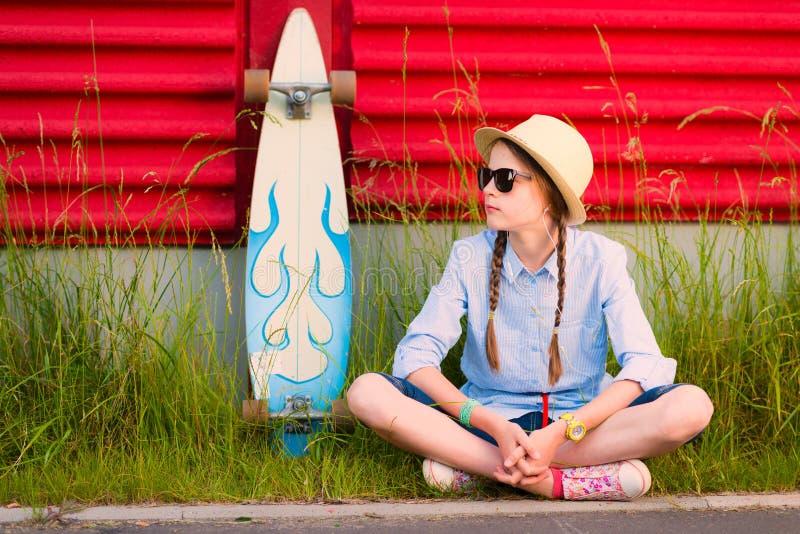 Jeune fille de hippie avec des tresses dans les lunettes de soleil et le chapeau de paille photo stock