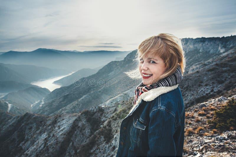 Jeune fille de hippie sur la montagne image libre de droits