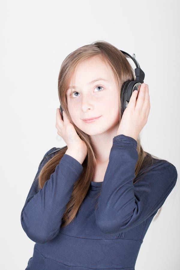 Jeune fille de l'adolescence avec des écouteurs photo libre de droits