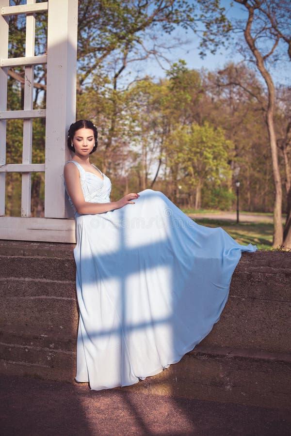 Jeune fille de mode sensuelle dans la robe bleue image libre de droits