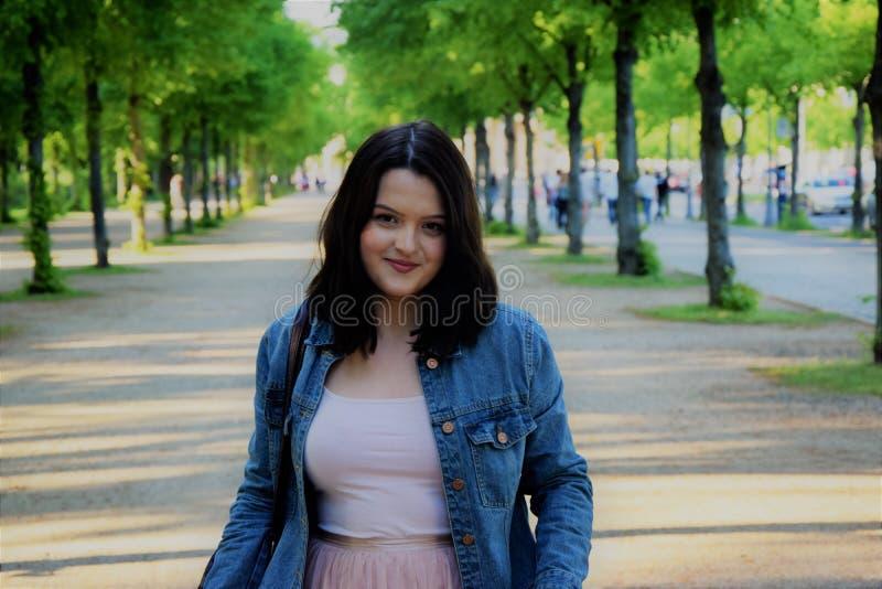 Jeune fille de sourire en parc photos stock