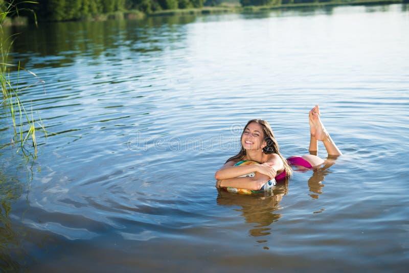 Jeune fille de sourire heureuse étreignant la grande boule photographie stock