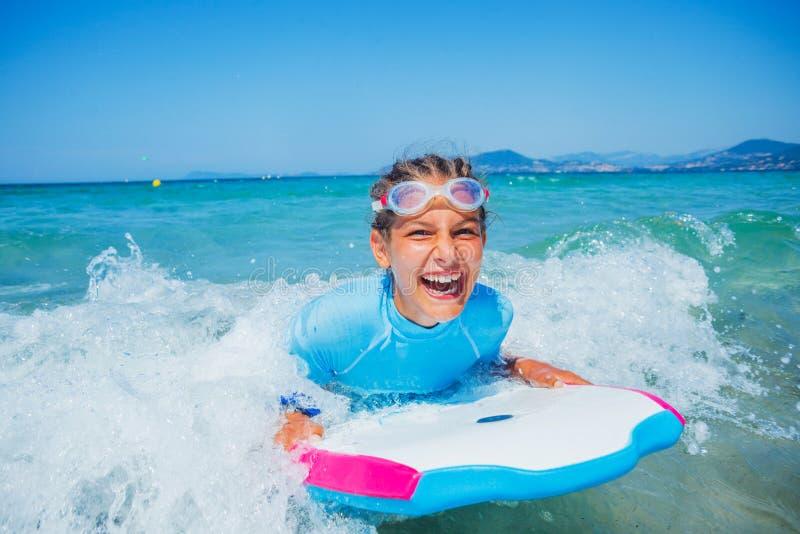 Jeune fille de surfer image libre de droits
