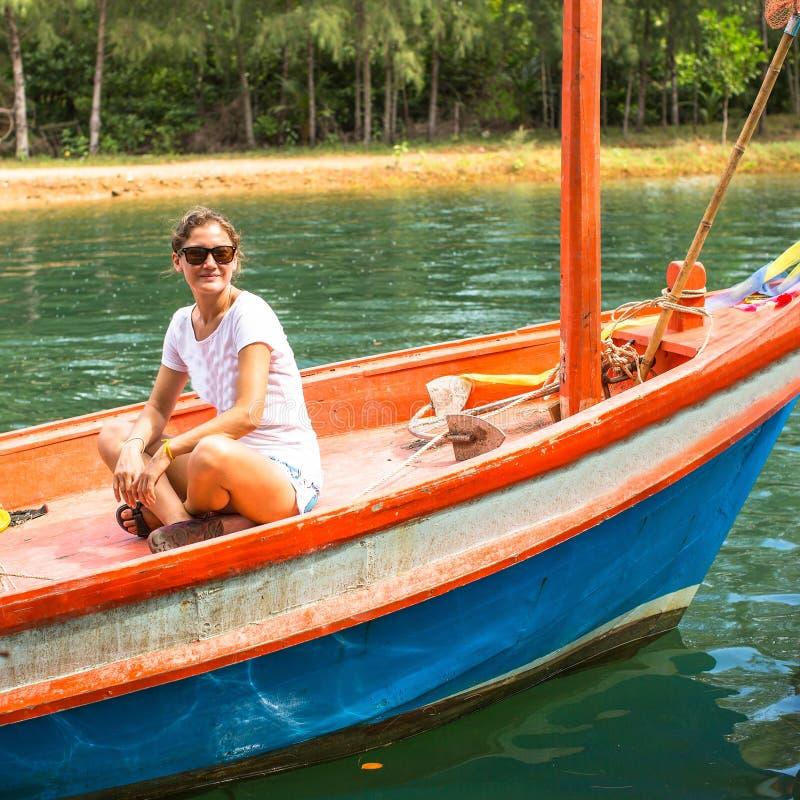 Jeune fille de touristes blanche dans le bateau asiatique nature images stock