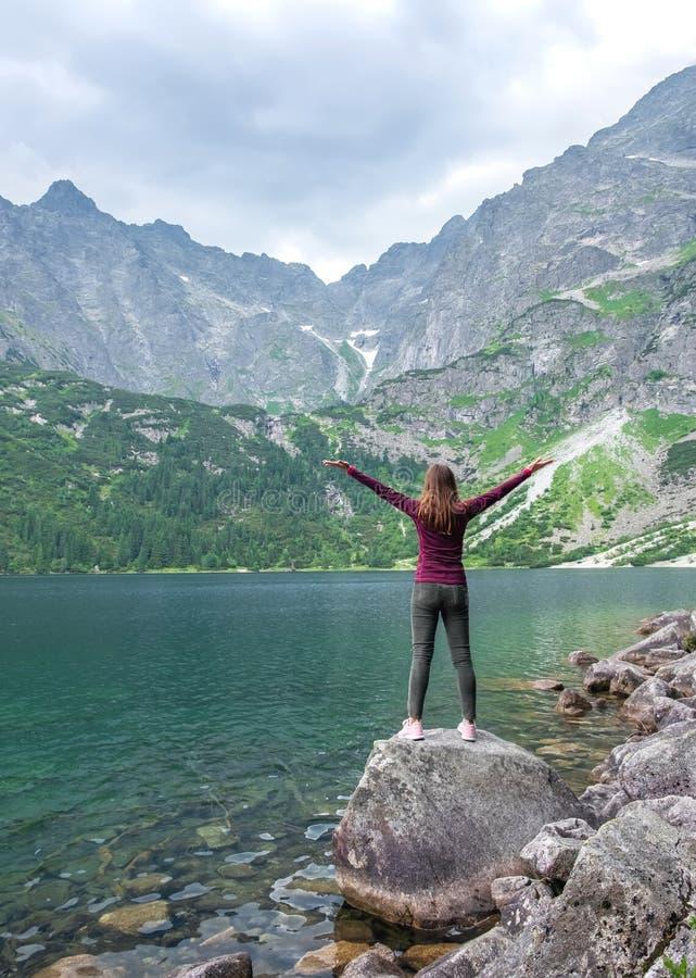 Jeune fille de touristes sur l'oeil de mer de Morskie Oko de lac, Zakopane, Pologne, haut Tatras images libres de droits