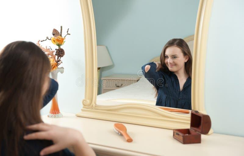 Jeune fille devant le miroir photo libre de droits image for Derniere volonte devant le miroir