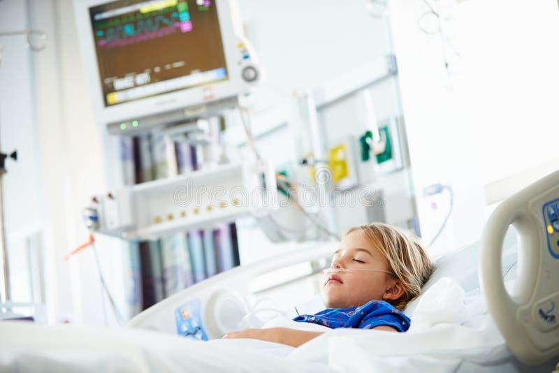 Jeune fille dormant dans l'unité de soins intensifs image stock