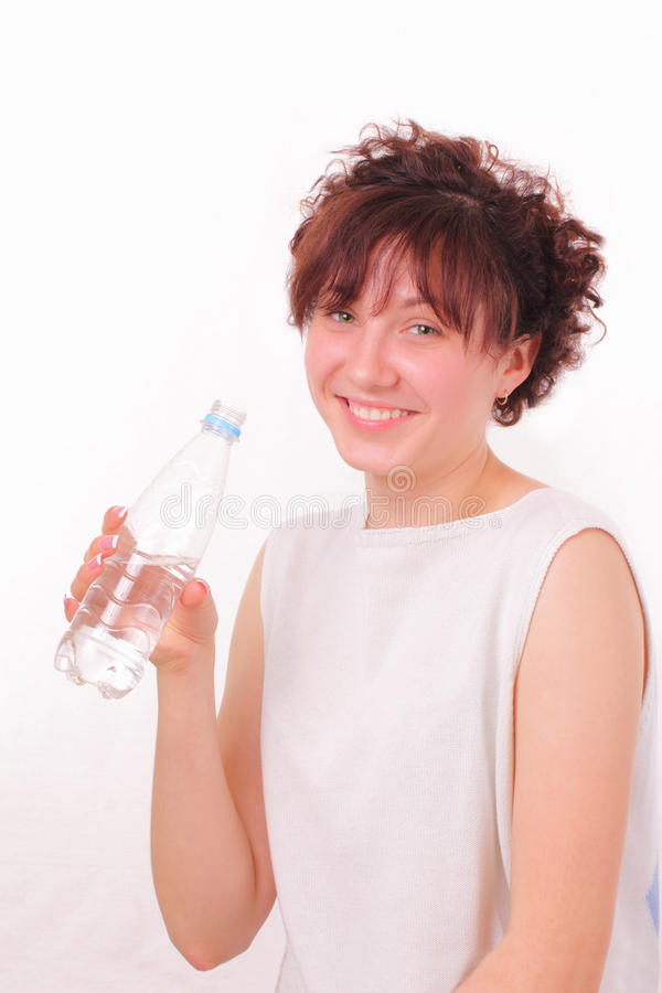 Jeune fille drôle avec une bouteille de l'eau minérale images stock
