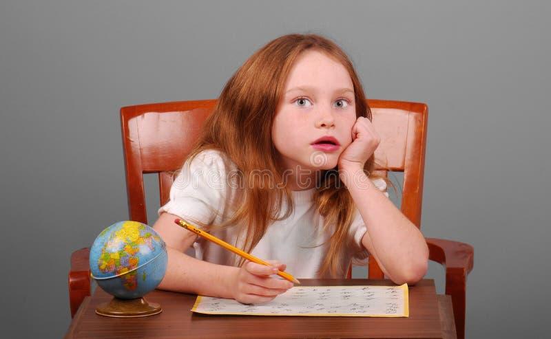 Jeune fille effectuant le travail d'école image libre de droits