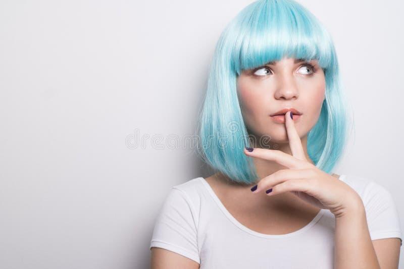 Download Jeune Fille Effrontée Dans Le Style Futuriste Moderne Avec La Perruque Bleue Pensant Au-dessus Du Blanc Image stock - Image du cinquième, pose: 77153755