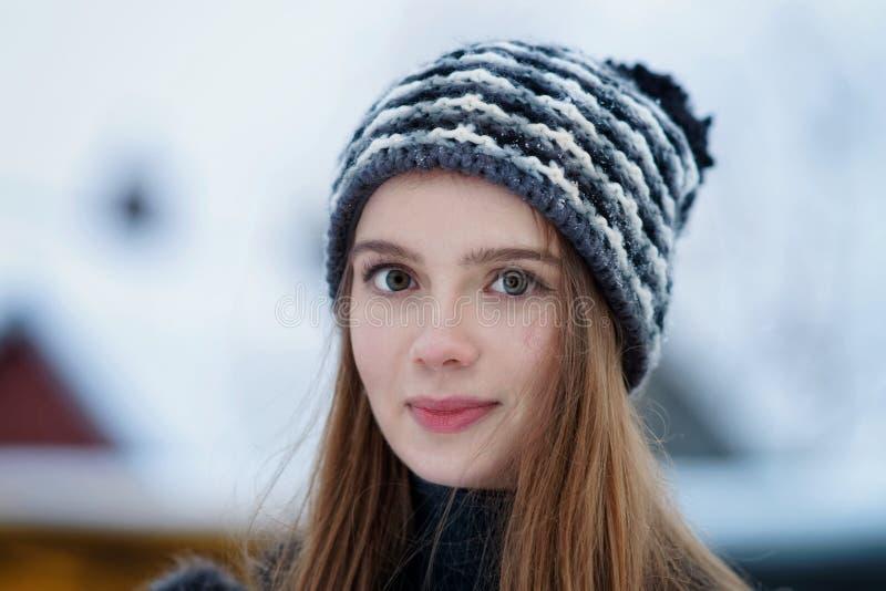 Jeune fille en hiver dans Trakai photographie stock