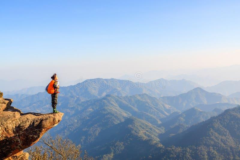 Jeune fille en montagne photo libre de droits