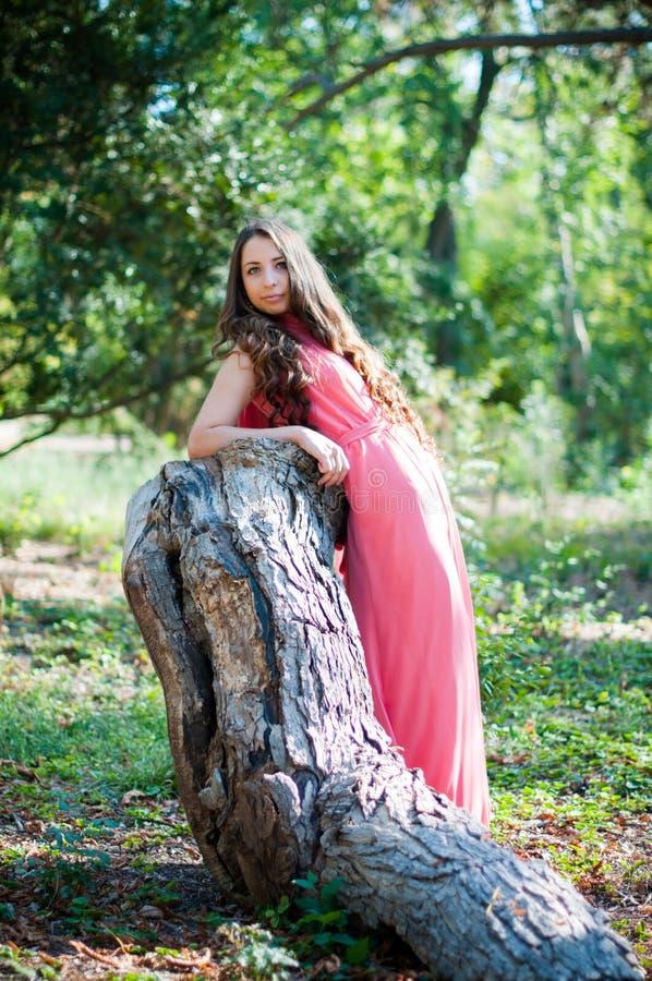 Download Jeune fille en parc image stock. Image du vert, corail - 45350781