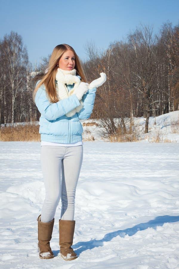 Jeune fille en parc par temps froid d'hiver photographie stock libre de droits