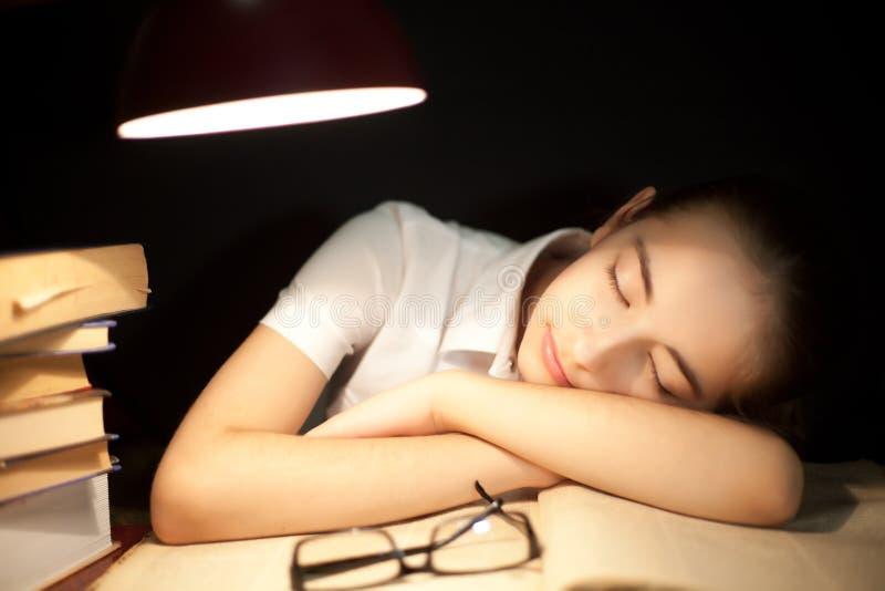 Jeune fille ennuyée à la lecture image stock