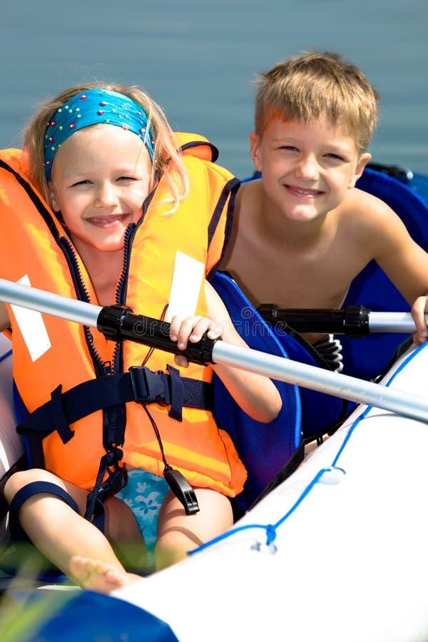 Jeune fille et garçon à un lac images libres de droits