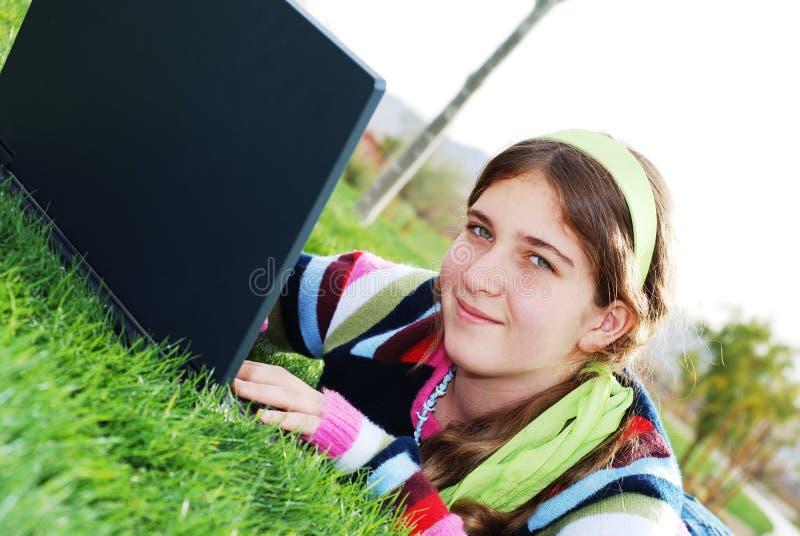 Jeune fille et ordinateur portatif photos libres de droits