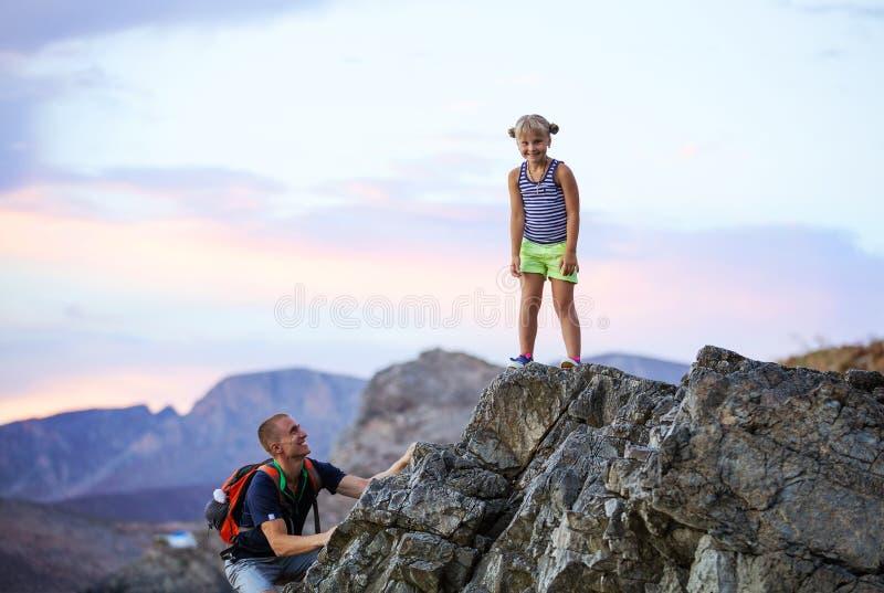 Jeune fille et père appréciant des vacances actives en montagnes photos libres de droits