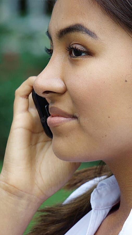 Jeune fille et téléphone portable images libres de droits