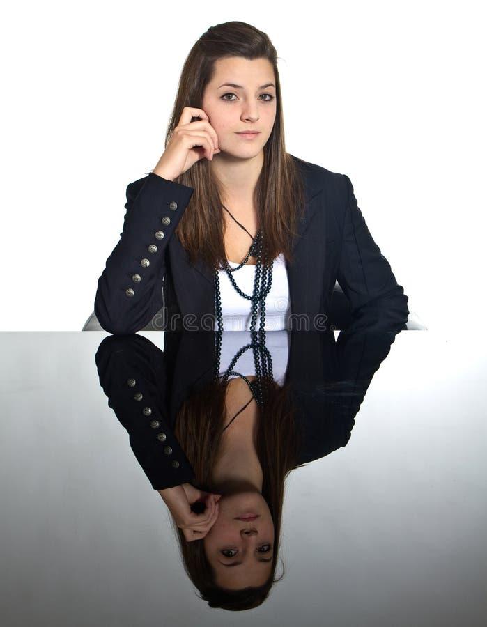 Jeune fille européenne d'affaires au-dessus de miroir noir images libres de droits