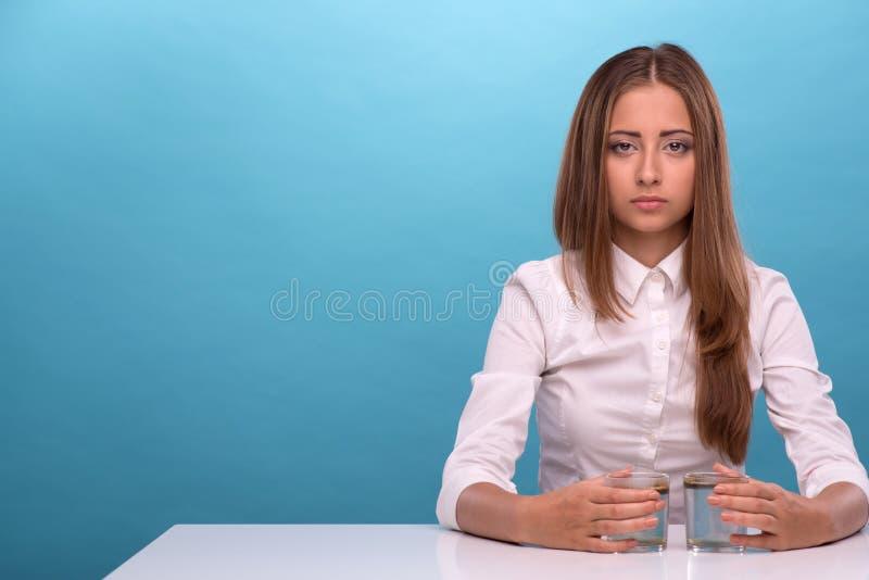 Download Jeune Fille Examinant La Qualité De L'eau En Verres Image stock - Image du mesure, chimie: 45372407