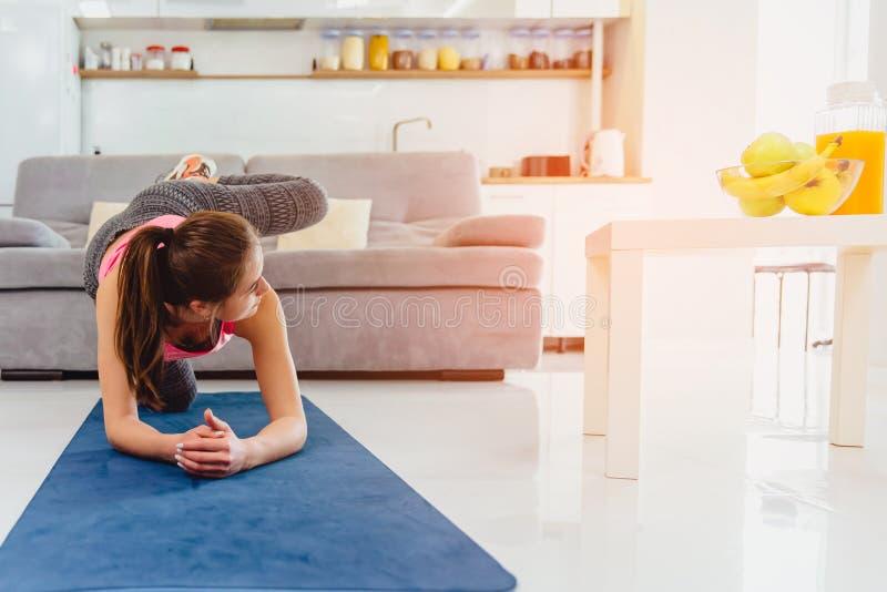 Jeune fille faisant étirant l'exercice Gentilles filles gracieuses avec de longs cheveux dans le collant occupé par yoga sur un t photo libre de droits