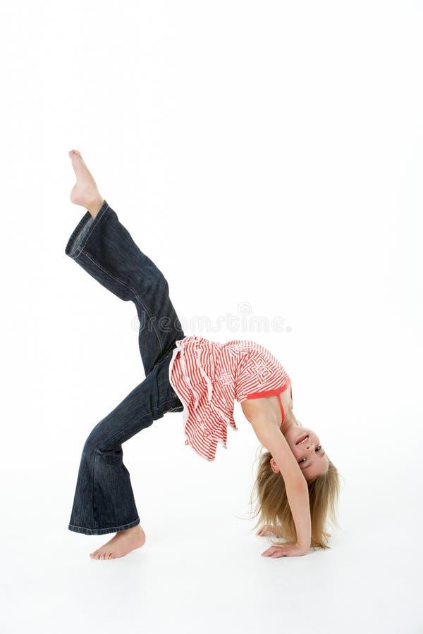 Jeune fille faisant Backflip dans le studio image libre de droits