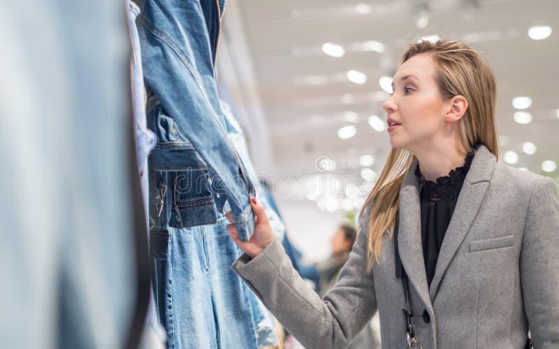Jeune fille faisant des achats dans un magasin photographie stock libre de droits
