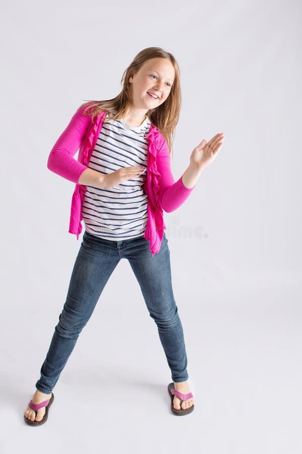 Jeune fille faisant la danse de robot images stock