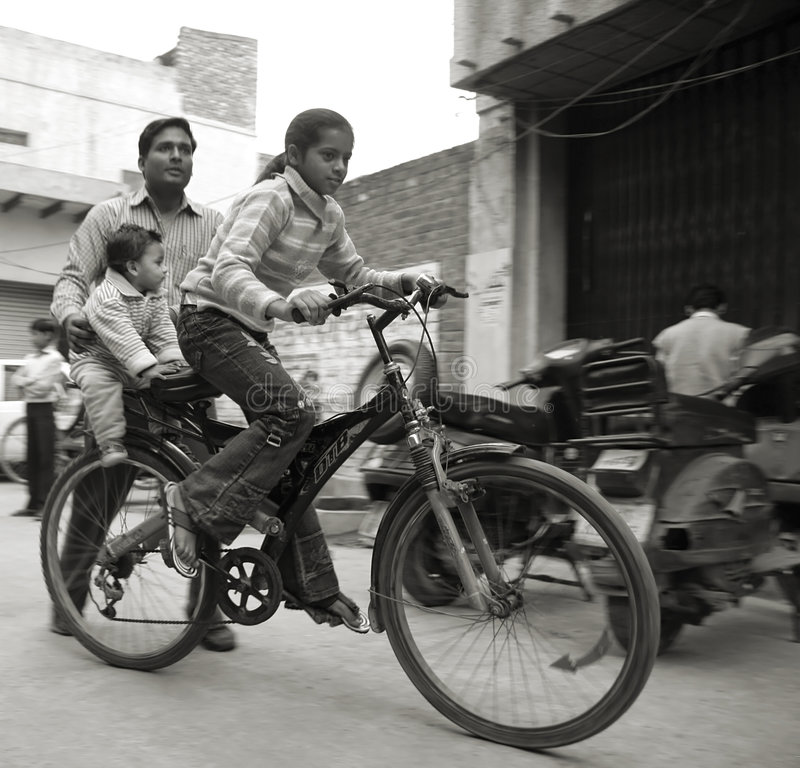 Jeune fille faisant un cycle dans le voisinage photo stock