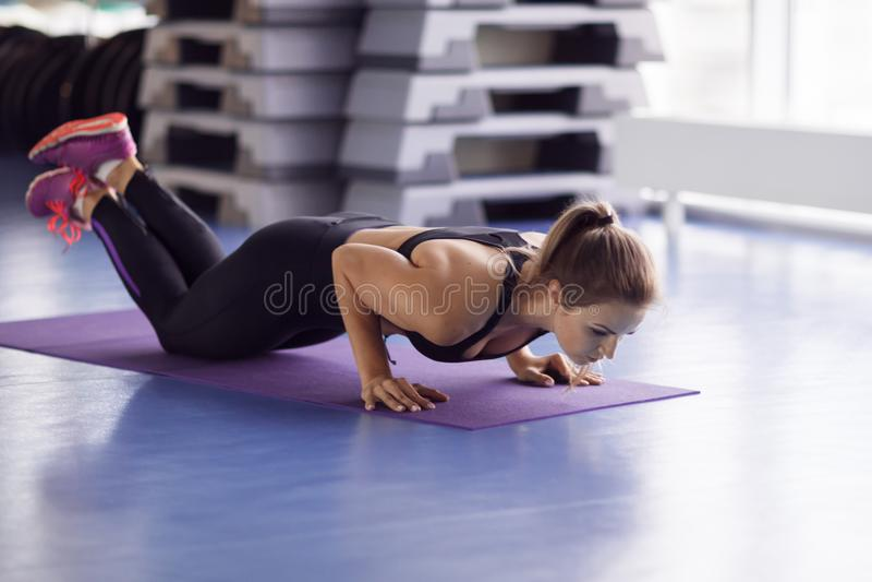 Jeune fille forte faisant l'exercice de yoga dans le gymnase photographie stock libre de droits