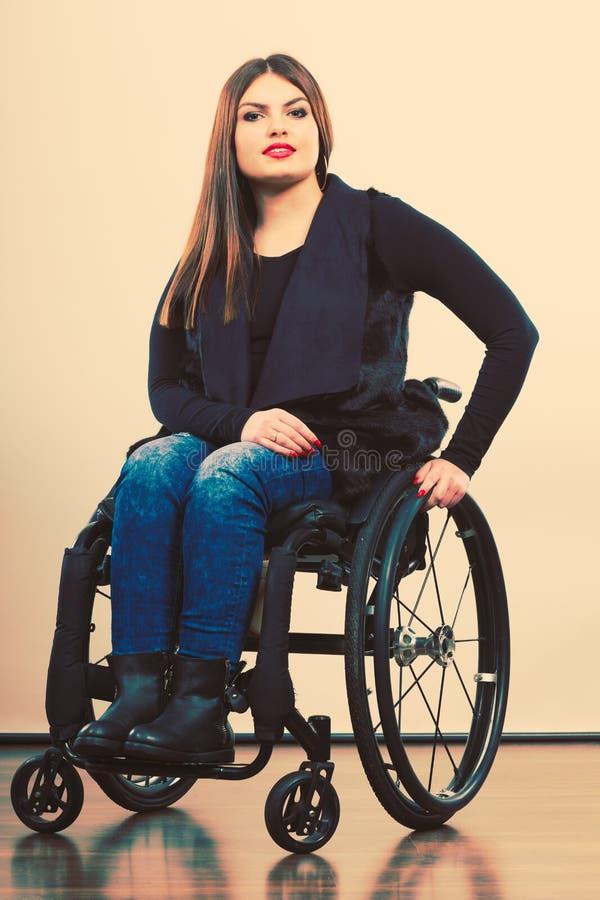 jeune fille handicap e sur le fauteuil roulant image stock image du incorrect douleur 77174519. Black Bedroom Furniture Sets. Home Design Ideas