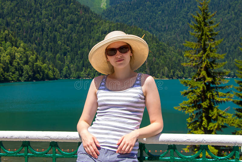 Jeune fille heureuse avec le chapeau de Panama photos stock