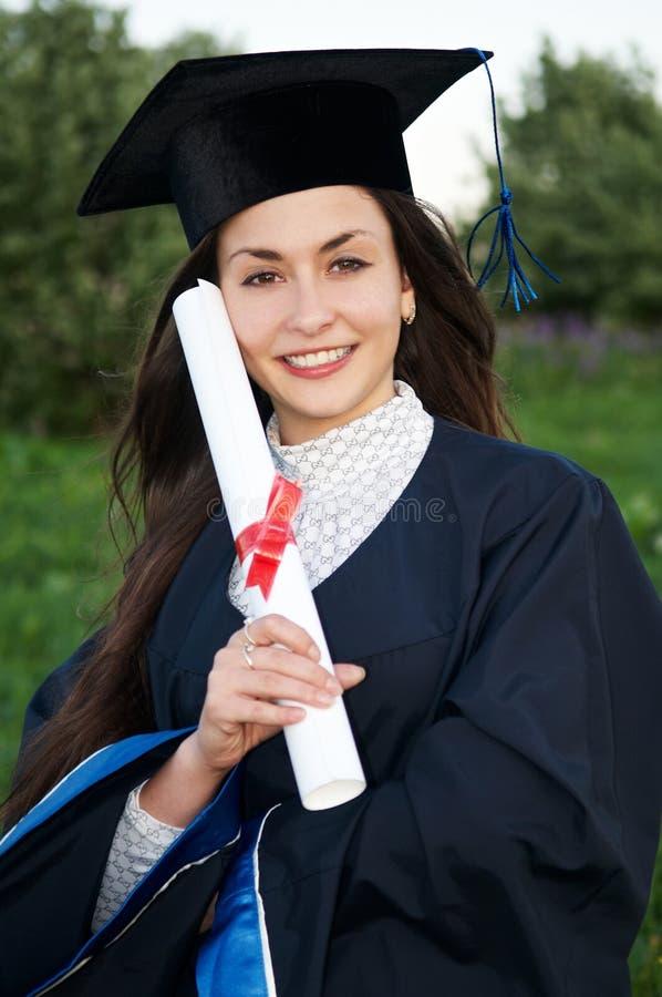 Jeune fille heureuse de diplômé de smiley images libres de droits