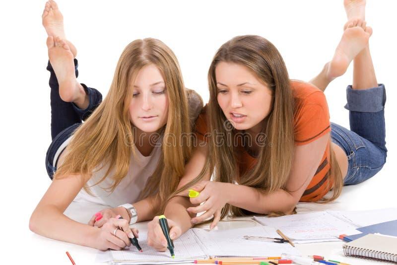 Jeune fille heureuse de l'étudiant deux, d'isolement sur le blanc photo stock