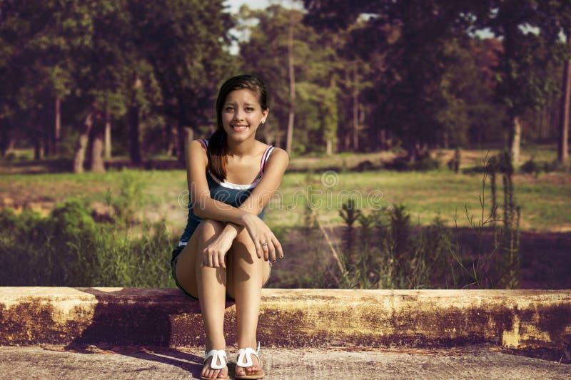 Jeune fille heureuse en parc images stock