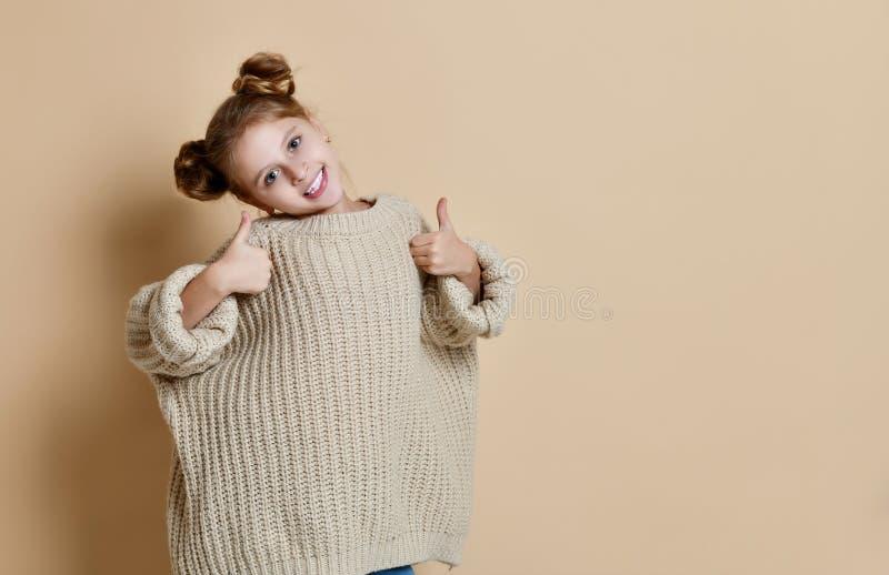 Jeune fille heureuse renonçant à des pouces images stock