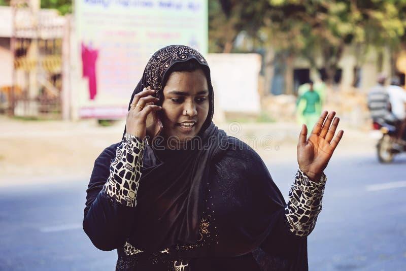 Jeune fille indienne avec son téléphone portable image stock