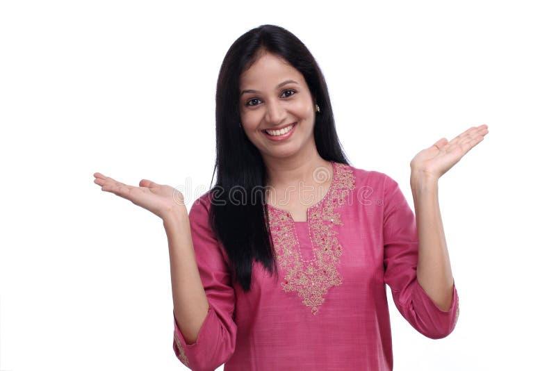 Jeune fille indienne enthousiaste contre le blanc photos libres de droits