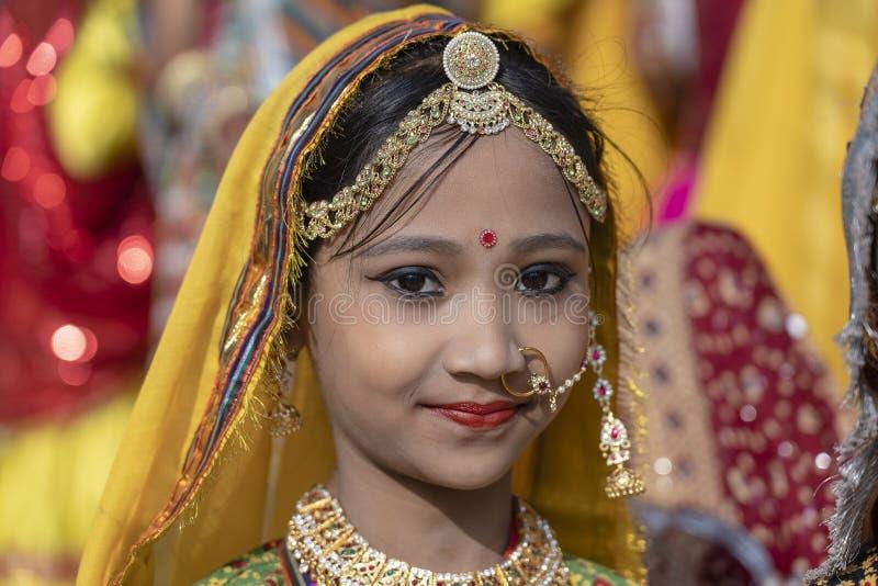 Jeune fille indienne sur le chameau Mela, Ràjasthàn, Inde, fin de Pushkar de temps vers le haut de portrait image libre de droits