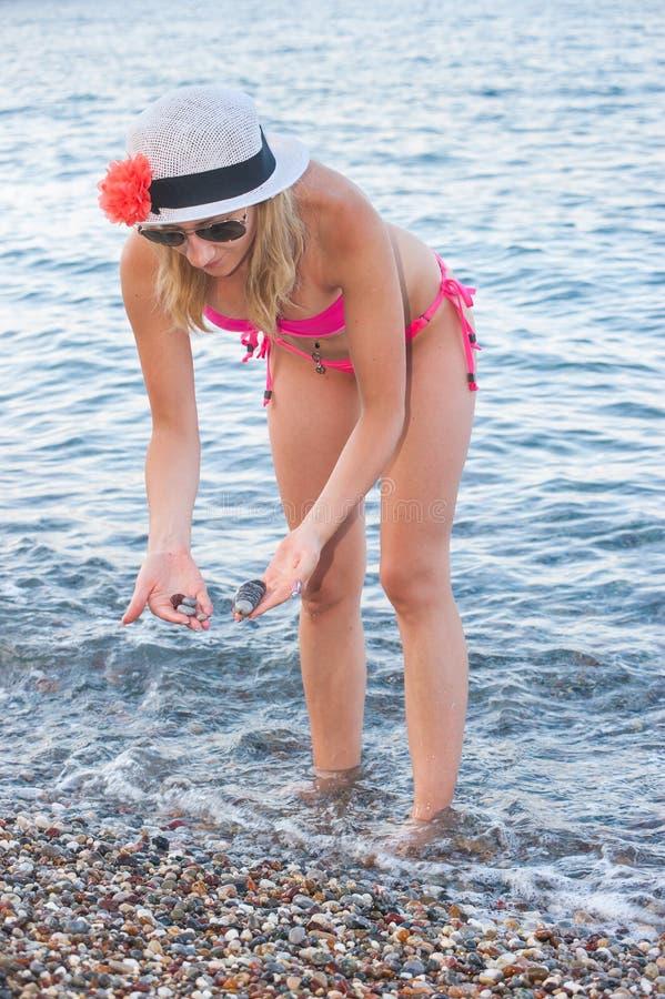 Jeune fille jouant avec des cailloux images stock