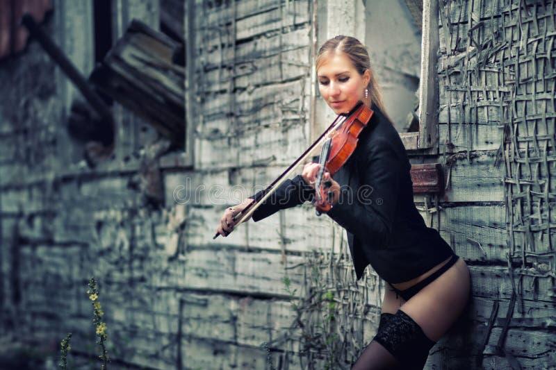 Jeune fille jouant le violon photo stock