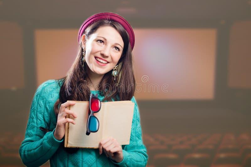 Jeune fille joyeuse de brune avec les verres 3d et photographie stock libre de droits