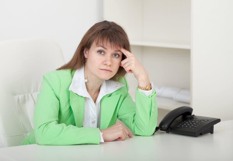 Jeune fille - le gestionnaire s'assied à une table dans le bureau images libres de droits