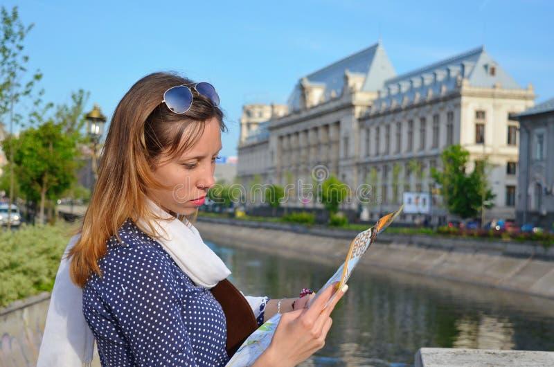 Jeune fille lisant une carte près d'une rivière image libre de droits