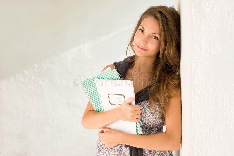 Jeune fille magnifique d'étudiant. image stock