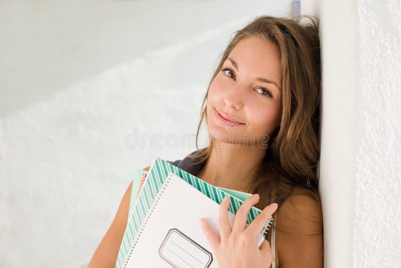 Jeune fille magnifique d'étudiant. photo libre de droits