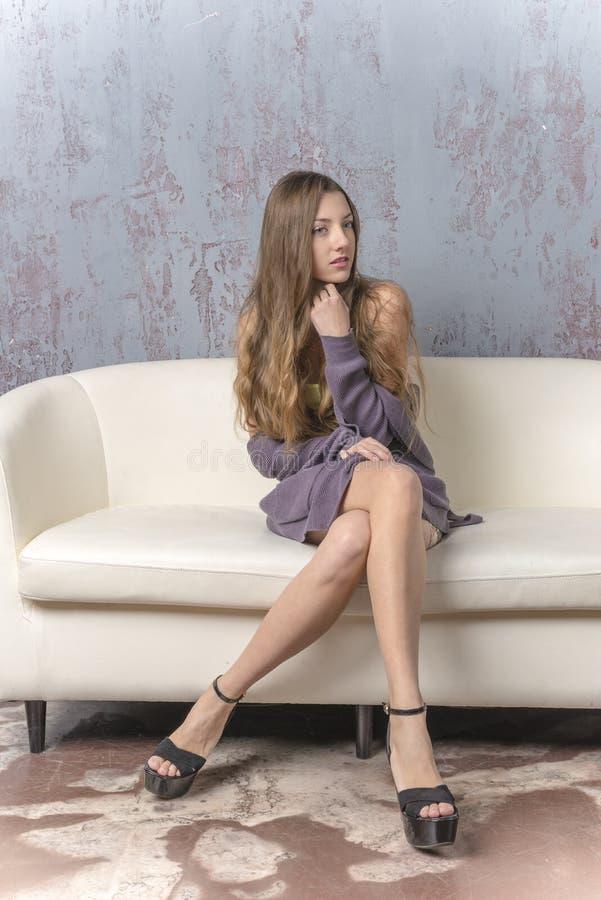 jeune fille maigre aux jambes longues aux cheveux longs en mini jupe de chandail et sandales de. Black Bedroom Furniture Sets. Home Design Ideas